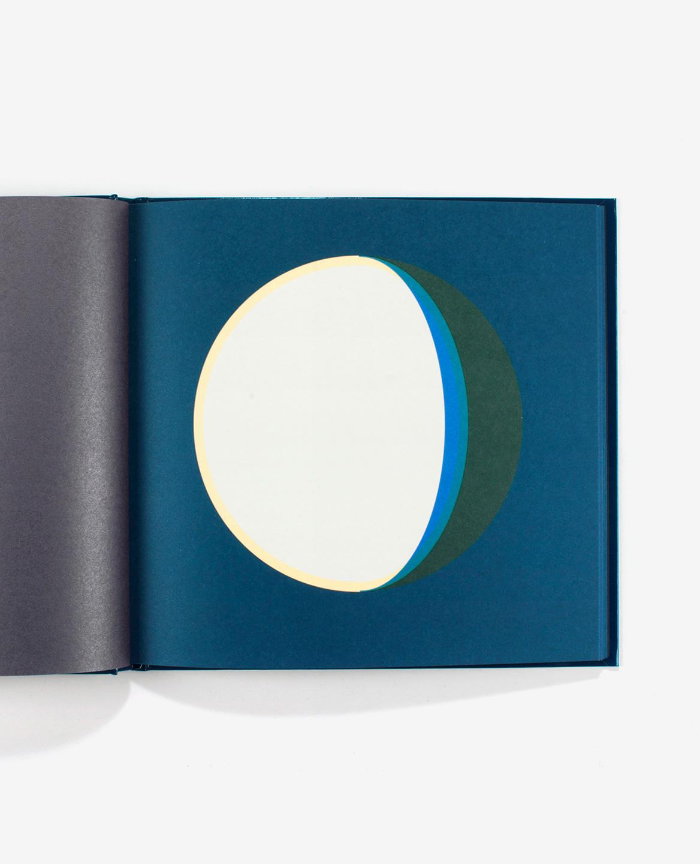 Lune gibbeuse décroissante bleue, jaune et verte dans le livre Dans la lune