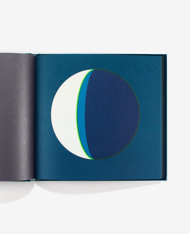 Dernier croissant de lune bleu dans le livre Dans la lune