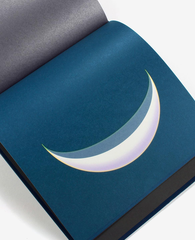 Premier croissant de lune mauve et gris dans le livre Dans la lune