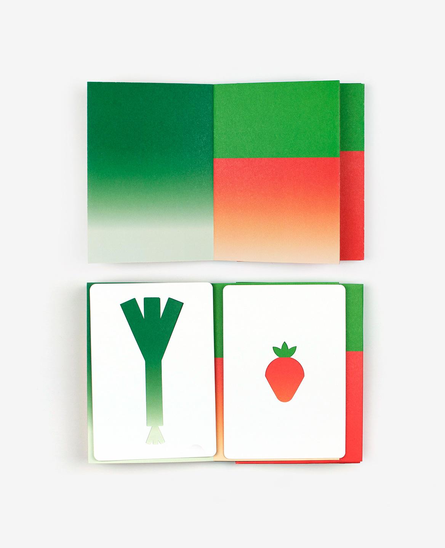 Poireau et fraise dans le livre-jeu Hello tomato
