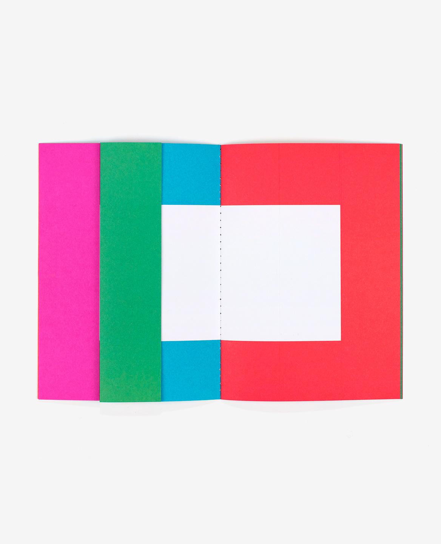 Grand espace rose, vert, bleu et rouge dans le livre Spaces d'Antonio Ladrillo