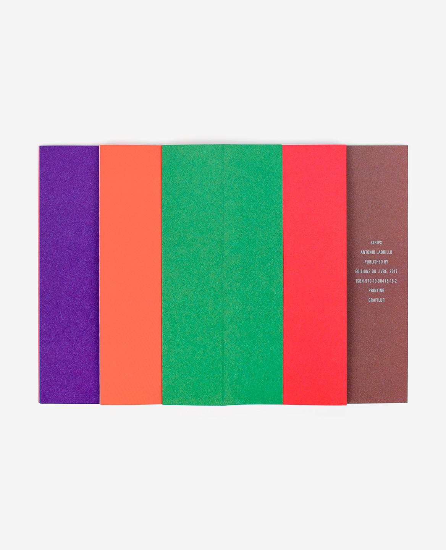 Bandes violette, orange, verte, rouge et marron dans le livre Strips