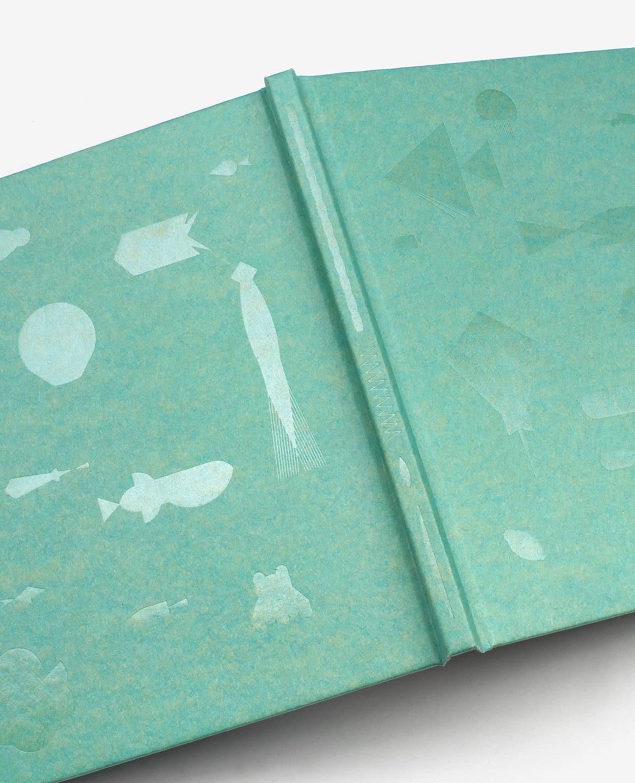 Espèces aquatiques imprimées en dorure transparente sur la couverture du livre Aquarium de Fanette Mellier publié aux Éditions du livre