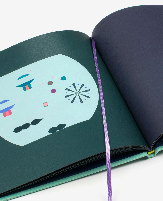Vue en détail du signet mauve dans le livre Aquarium de Fanette Mellier publié aux Éditions du livre