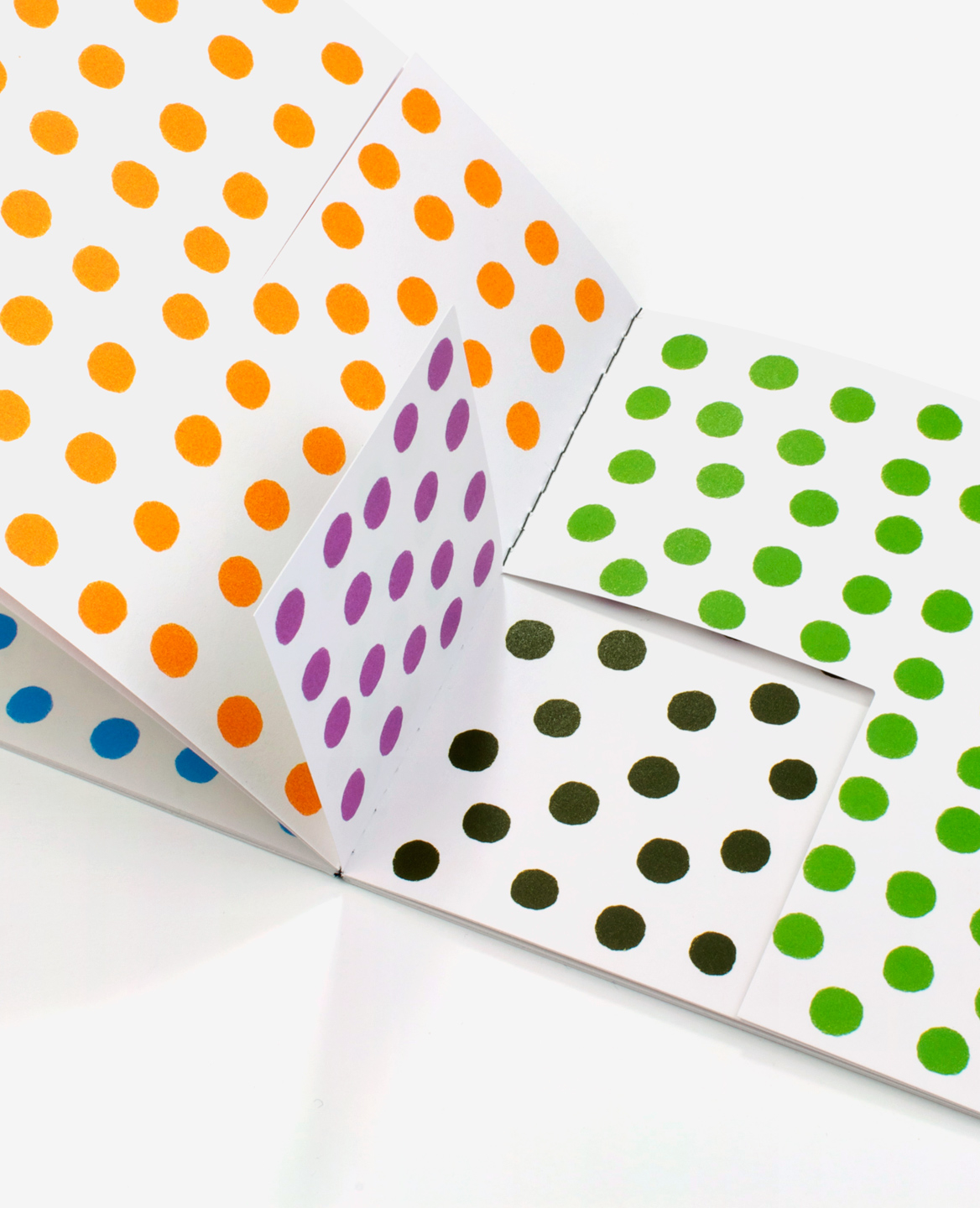 Detail of a folding in the book Dots by Antonio Ladrillo published by Éditions du livre