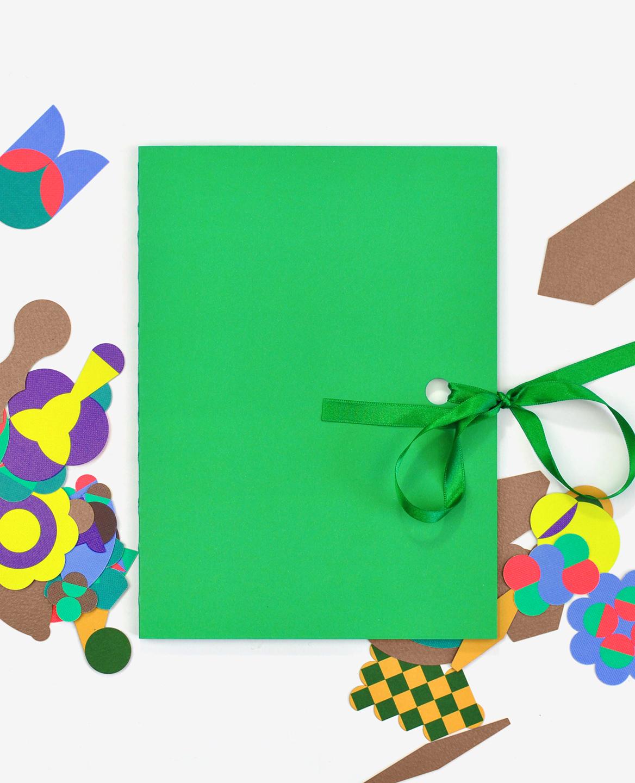 Le livre Herbier de Fanette Mellier fermé avec un ruban vert